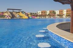 Piscine avec la barre dans une station de vacances tropicale de luxe d'hôtel Image libre de droits