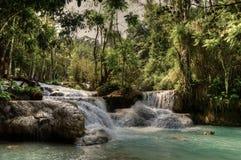 Piscine bleue chez Kuang Si Waterfalls Photographie stock libre de droits