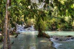 Piscine bleue chez Kuang Si Waterfalls Photo stock