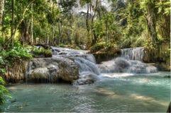 Piscine bleue chez Kuang Si Waterfalls Image libre de droits