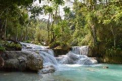 Piscine bleue chez Kuang Si Waterfalls Photos stock