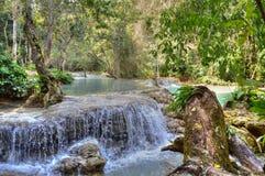 Piscine bleue chez Kuang Si Waterfalls Photo libre de droits