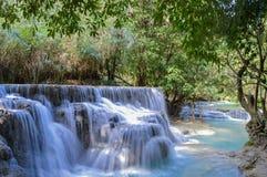 Piscine bleue chez Kuang Si Waterfalls Images libres de droits