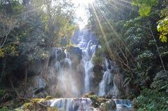 Piscine bleue chez Kuang Si Waterfalls Images stock