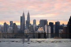 Piscine d'éternité avec une vue de ville au-dessus de Kuala Lumpur, Malayisa images stock