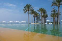 Piscine d'éternité dans l'hôtel sicilien Photo stock