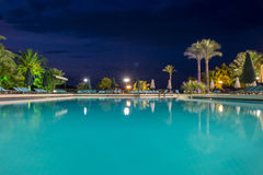 Piscine d'eau la nuit - fond de vacances photos libres de droits