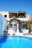Piscine d'hôtel dans le style grec traditionnel Photos stock