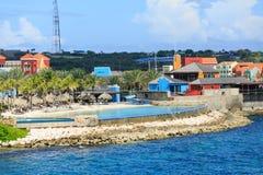 Piscine d'infini à la station de vacances du Curaçao photographie stock