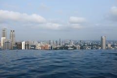 Piscine d'infini au-dessus de Singapour photographie stock