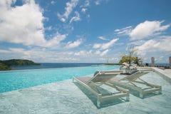 Piscine d'infini avec une vue sur la mer de Phuket Photographie stock libre de droits
