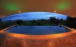 Piscine d'infini d'une maison de luxe avec la vue de la forêt tropicale et de la plage, perspective de fisheye, Costa Rica Image stock