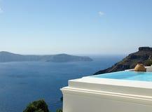 Piscine d'infini dans Santorini, Grèce Photographie stock libre de droits