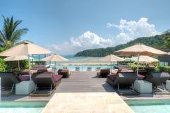 Piscine d'infini donnant sur la plage de Cherating, Kuantan, Malaisie Images libres de droits