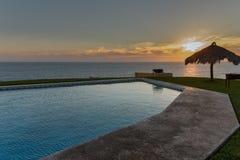 Piscine d'infini à l'océan pacifique au Mexique Images stock