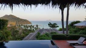 Piscine d'infini sur la plage tropicale Photographie stock