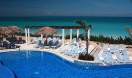 Piscine d'infini sur une station de vacances du Cuba Photographie stock libre de droits