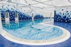 piscine dans l'intérieur de centre de loisirs d'hôtel avec la zone hydraulique de massage Photographie stock libre de droits