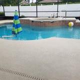 Piscine dans la clôture d'écran avec la plate-forme de piscine et le jacuzzi de station thermale images libres de droits