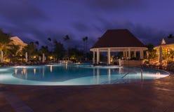 piscine dans la nuit à une station de vacances locale Images stock