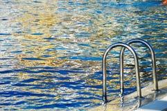 Piscine dans la station de vacances touristique pendant l'heure d'été Image libre de droits