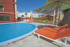 Piscine dans la station de vacances tropicale de luxe d'hôtel Image stock