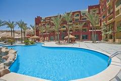 Piscine dans la station de vacances tropicale de luxe d'hôtel Images libres de droits