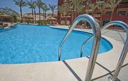 Piscine dans la station de vacances tropicale de luxe d'hôtel Photographie stock