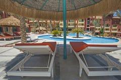 Piscine dans la station de vacances tropicale de luxe d'hôtel Photos libres de droits
