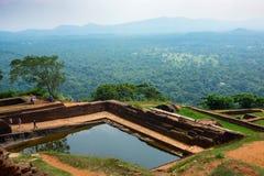 Piscine dans le complexe royal de palais de jardin sur le dessus de la roche ou du Lion Rock de Sigiriya près de Dambulla dans Sr photos stock