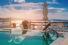 Piscine dans Santorini, Grèce Images libres de droits