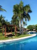 Piscine dans une station de vacances tropicale Photo stock
