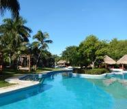Piscine dans une station de vacances tropicale Photos libres de droits