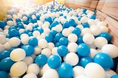 Piscine de boule au terrain de jeu pour l'enfant photo libre de droits