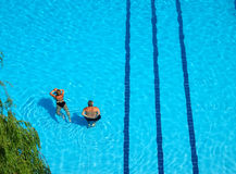 Piscine de couples Photographie stock libre de droits