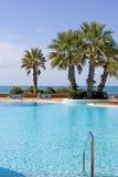 Piscine de luxe avec des vues de mer Photos stock
