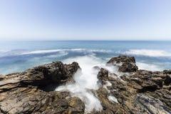 Piscine de marée avec la tache floue de mouvement en Californie du sud photos stock