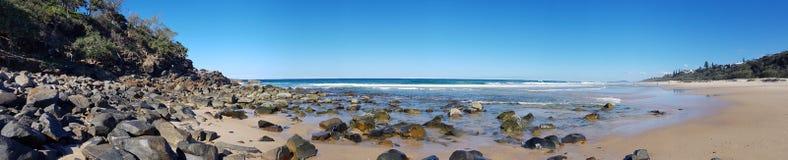 Piscine de roche à la plage de soleil regardant vers Devil& x27 ; cuisine de s photo stock