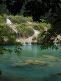 Piscine de Semuc Champey de turquoise avec des cascades Photos stock