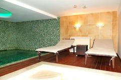 Piscine de station thermale à l'hôtel de luxe photos stock