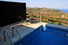 Piscine de villa de luxe de vacances, mer stupéfiante de paysage de vue de nature Détendez près de la piscine avec la balustrade, images stock