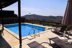 Piscine de villa de luxe de vacances, mer stupéfiante de paysage de vue de nature Détendez près de la piscine avec la balustrade, images libres de droits