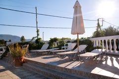 Piscine de villa de luxe de vacances, nature stup?fiante D?tendez pr?s de la piscine avec la balustrade, chaises de plate-forme,  image stock