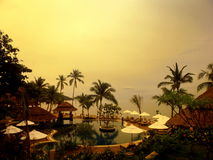Piscine de vue de mer, canapés du soleil à côté du jardin et pagoda Images stock