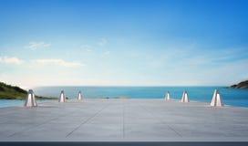 Piscine de vue de mer et terrasse vide dans la maison de plage de luxe moderne avec le fond de ciel bleu Image stock