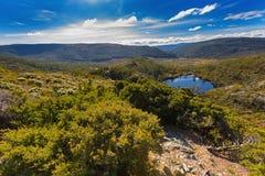 Piscine de wombat entourée par les montagnes vertes à la montagne de berceau, La photos libres de droits