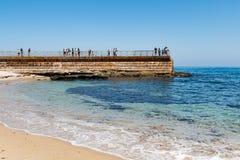 Piscine du ` s d'enfants à La Jolla avec des personnes sur le mur de mer Image libre de droits