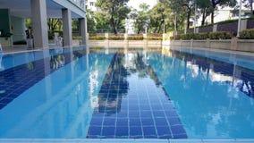 Piscine du ` s d'enfants Petite piscine avec le signe de profondeur de 60 cm image stock
