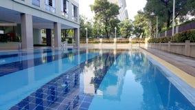 Piscine du ` s d'enfants Petite piscine avec le signe de profondeur de 60 cm photo libre de droits