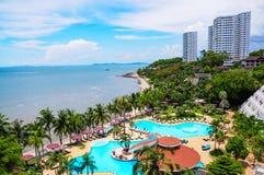 Piscine e barra alla spiaggia dell'albergo di lusso, Pattaya, Fotografie Stock Libere da Diritti